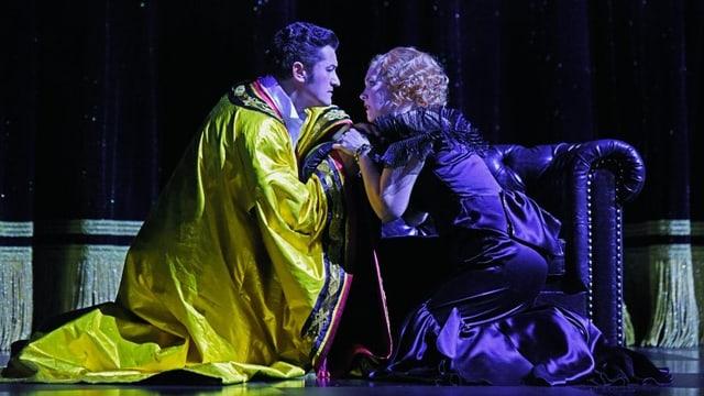 Der Prinz in gelbem Umhang und Lisa knien auf der Bühne und schauen sich in die Augen