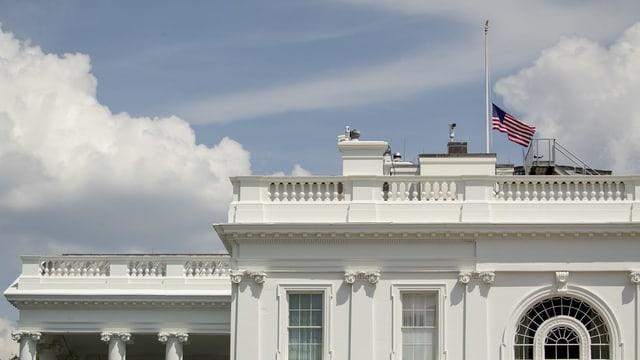 Weisses Haus. Fahne darauf ist auf Halbmast.