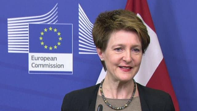 Bundespräsidentin Simonetta Sommaruga lächelt bei der Medienkonferenz in Brüssel.