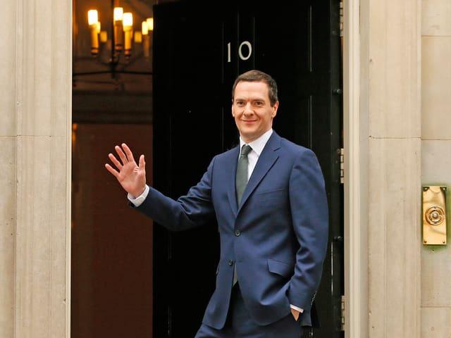 Finanzminister George Osborne winkt bei der Ankunft am Amtssitz des Premiers.