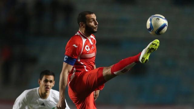 Tunesiens Yassine Chikhaoui bei einer Ballannahme