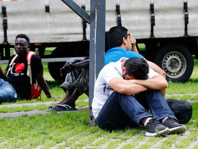 Bewohner der in Brand geratenen Flüchtlingsunterkunft in Düsseldorf