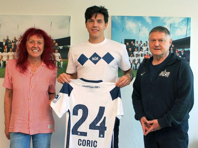 Ante Coric, flankiert von Klubpräsident Ancillo Canepa und Ehegattin Heliane.