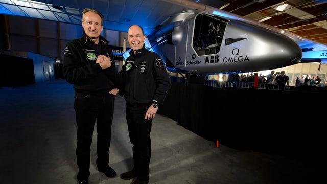 Der Schweizer Pilot André Borschberg (links) und Bertrand Piccard stehen vor der «Solar Impulse 2».