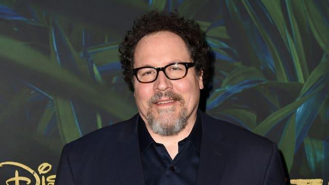 Regisseur Jon Favreau posiert für ein Foto.