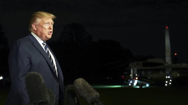 Trump spricht vor Mikros.