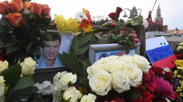 Blumen an der Attentats-Stelle in Moskau.