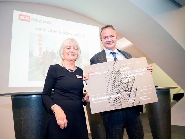 Thomas Bucheli nimmt den Preis von Hildegard Jutz entgegen.