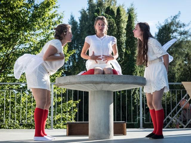Drei Frauen auf der Theaterbühne.