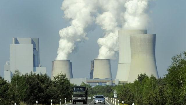 Blick auf Kohlekraftwerke mit rauchenden Türmen.