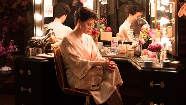 Judy Garland sitzt in ihrer Garderobe. Sie ist völlig ausgelaugt von ihrer ersten Show.