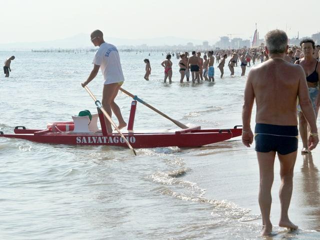 Viele Leute am Strand von Rimini.