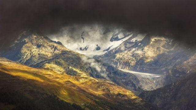 Blick auf den Rohnegletscher, von oben drückt eine schwarze Wolke ins Bild.