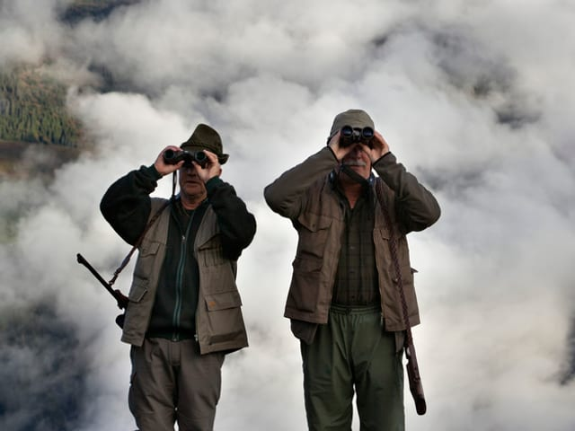 Zwei Jäger auf der Suche nach einem Tier.