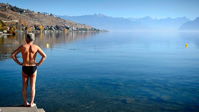 Mann in Badehose an See stehend