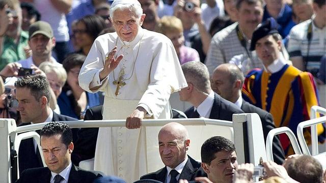 Der Papst auf dem Papa-Mobil – vorne links sitzt sei früherer Kammerdiener, Paolo Gabriele.