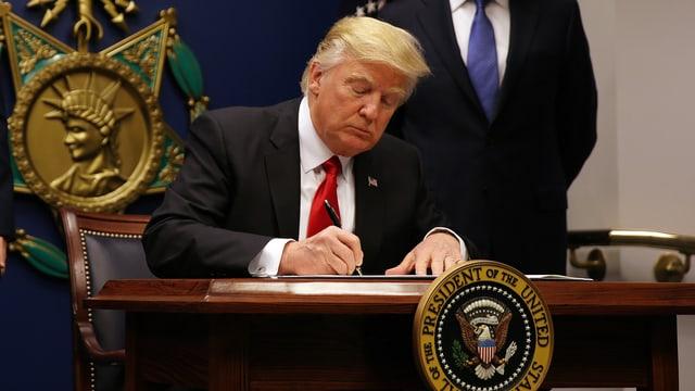 Donald Trump unterzeichnet erneut ein Dekret für ein Einreiseverbot.