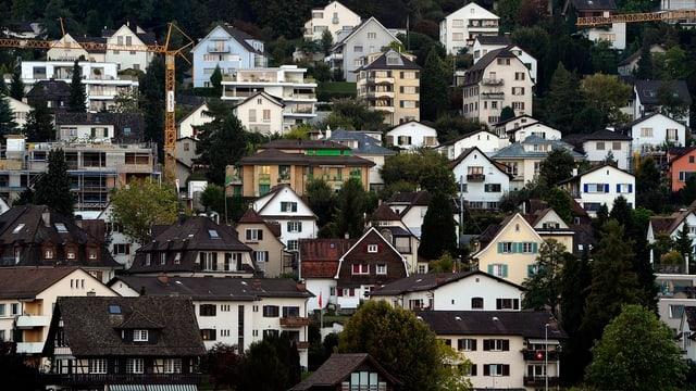 Wohnhäuser auf einem Berg.