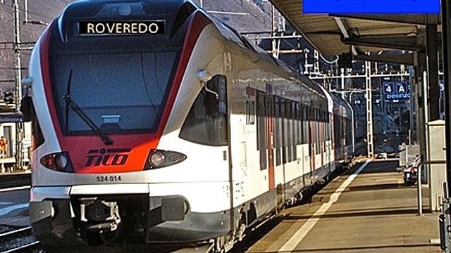 Ein Zug mit dem nächsten Ziel Roveredo steht in einem Bahnhof.
