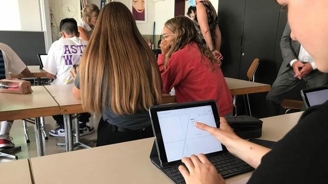 Eine Jugendliche schaut auf ein iPad.