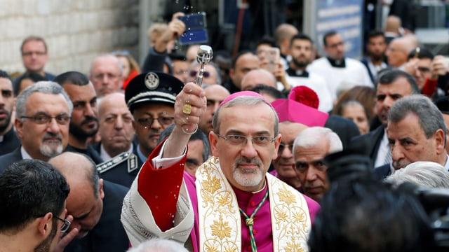 Pierbattista Pizzaballa, il chau da la baselgia catolica en la Terra sontga maina ils cartents da Jerusalem a Betlehem.