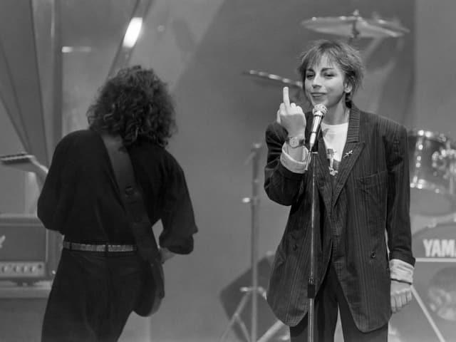 Gianna Nannini zeigt während eines Konzertauftritts in der Schweiz den Stinkefinger.