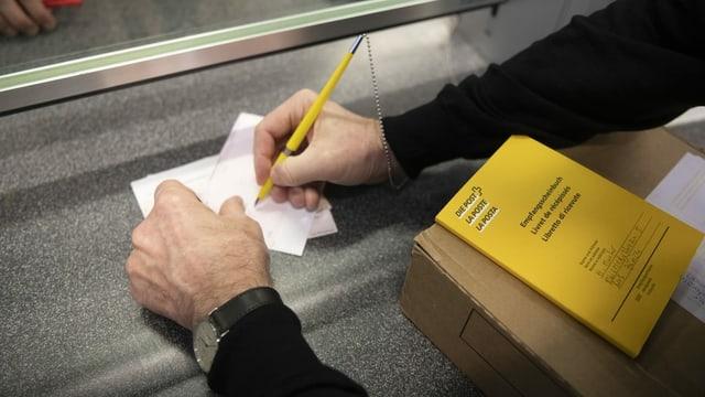 In client al spurtegl da la posta, cun cedel da pajament e cudischet.