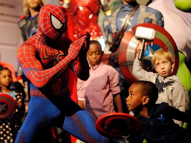 Spiderman beim Schaukampf mit Kindern.