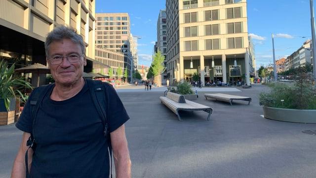 Christian Schmid auf einem sonst leeren Platz in der Europa-Allee.