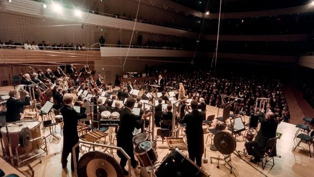 Orchester in einem grossen Saal.