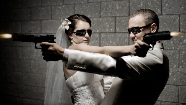 Ein Hochzeitspaar schiesst