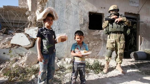 Citad siriana Kaukab. Dus buobs sirians tegnan mangiativas enta maun e sin il chau. Dasperas è in schuldà russ.