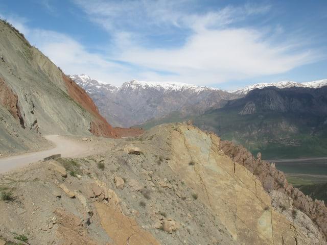 Felsige Landschaft mit einer Landstrasse.
