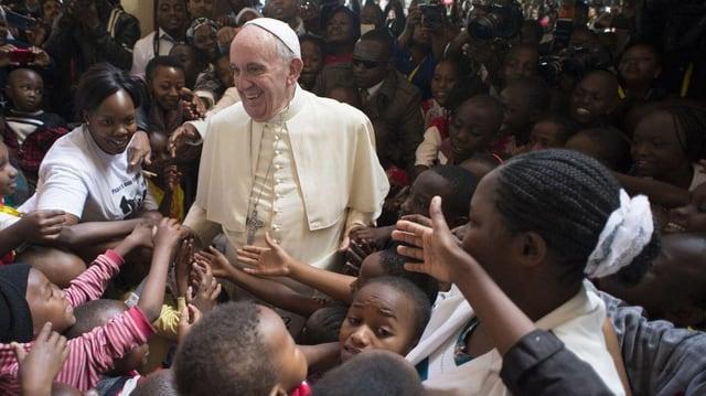 Papst Franziskus inmitten kenianischer Kinder