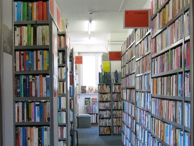 Im Bücher-Brocky sind die Bücher nicht alphabetisch, sondern nach Themenbereichen geordnet.