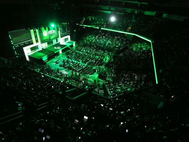 Gut gefüllte Halle im grünen Licht.