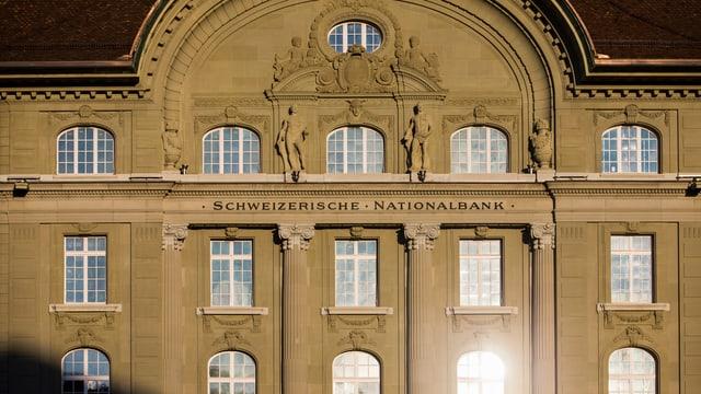 Das Gebäude der Schweizerischen Nationalbank im Sonnenlicht