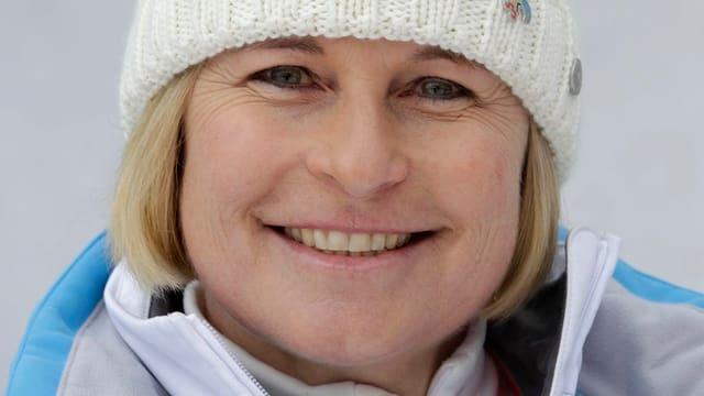 Ariane Ehrat mit Kappe und Skianzug