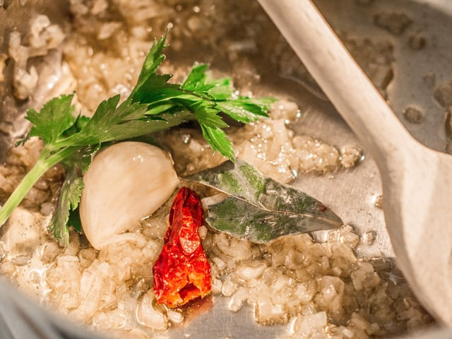In einer Pfanne werden Zwiebeln, Knoblauch angedünstet.