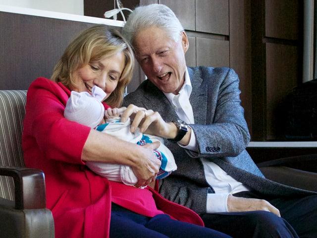 Hillary und Bill 2014 mit der neugeborenen Charlotte.
