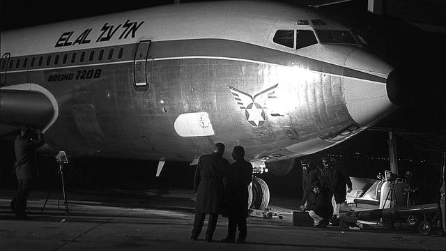 Schwarz-Weiss-Aufnahme der 1979 entführten El-Al-Maschine in Kloten bei Nacht.