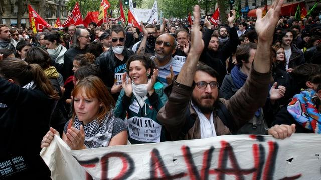 Demonstranten in Paris halten Transparent
