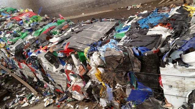 Plastikabfälle auf Paletten und gebündelt.