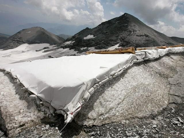 Eine Folie liegt auf dem Gletscher.