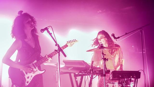 Zwei Frauen in Aktion: Die Schweizer Band Ikan Hyu rockt die Bühne.
