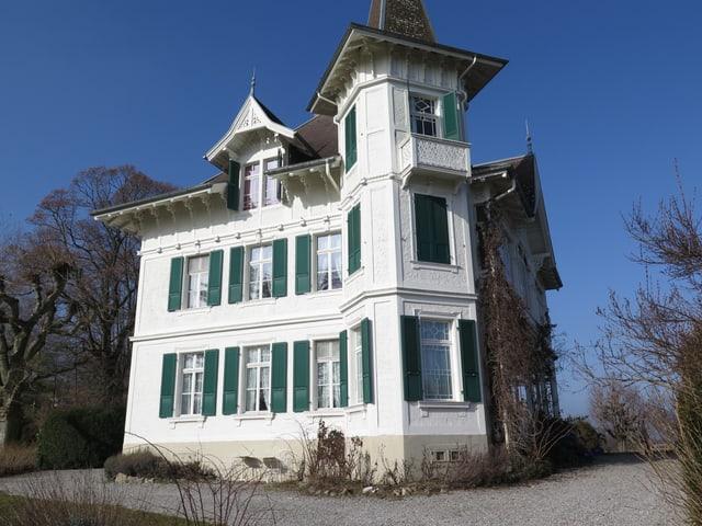 Weisse Villa auf dem Berg.