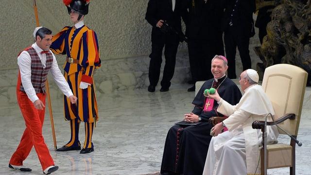 Der Papst empfängt Artisten und hat sichtlich Spass dabei.