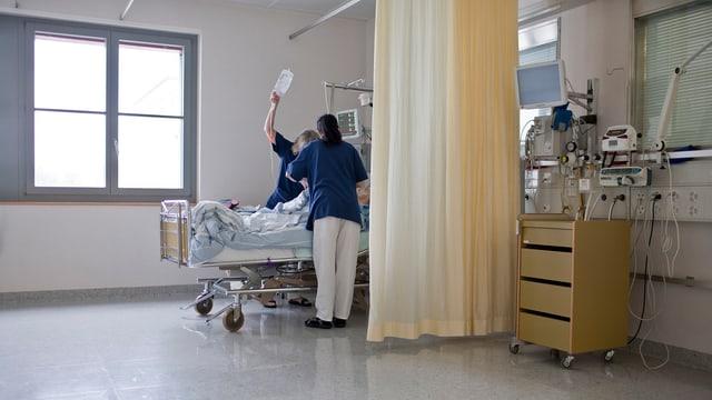 Zwei Krankenpfleger umsorgen einen Patienten