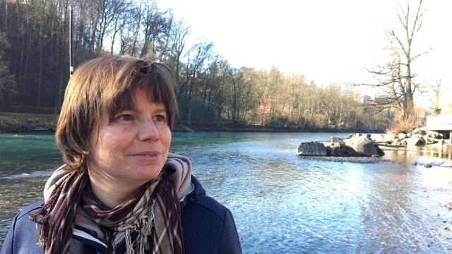 Wildtierbiologin Irene Weinberger schaut ans Aareufer.