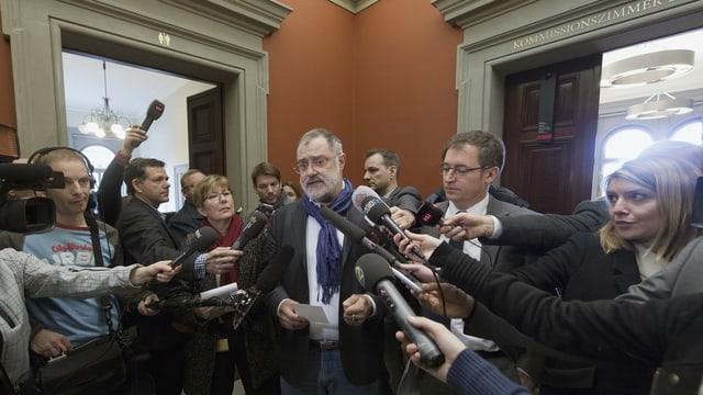Politiker gibt Interviews fürs Radio